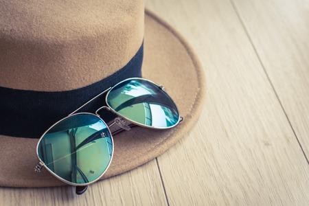 Sonnenbrille auf Hut im Raum, Weinlesefilter, Reisekonzept