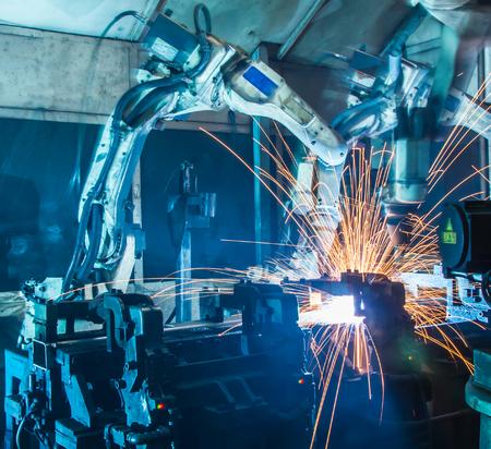 自動車工場で溶接のロボットの動き