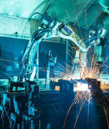 ingenieria industrial: Soldadura movimiento robots en una fábrica de coches