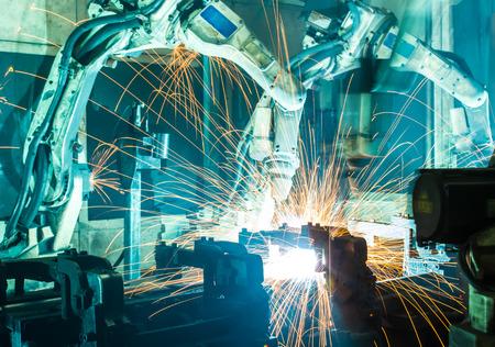 ensamblaje: Soldadura movimiento robots en una fábrica de coches