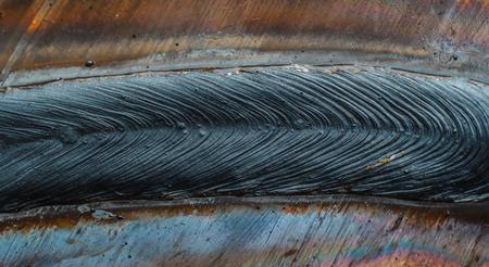 soldadura: cordón de soldadura en soldadura de chapa de acero de metal de acero industrial en la fábrica