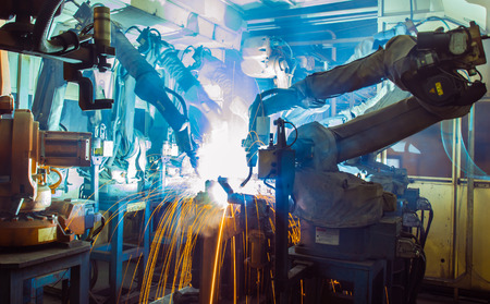 soldadura: Equipo de soldadura movimiento de los robots en una fábrica de coches