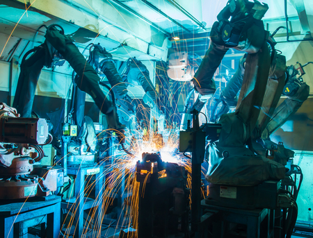 soldadura: Equipo de soldadura movimiento de los robots en una f�brica de coches