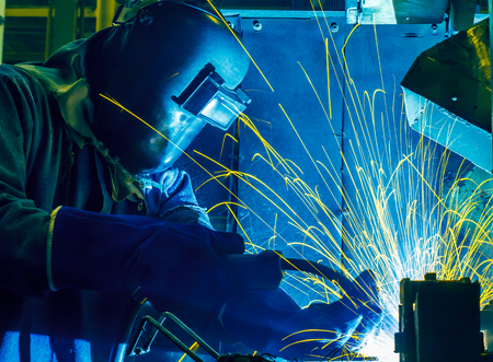 soldadura: Trabajador con la m�scara protectora soldadura de metales
