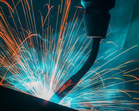 soldadura: Soldadura movimiento robots en una fábrica de coches