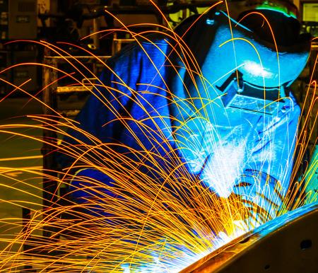 soldadura: Soldador industrial parte de la automoci�n en la f�brica