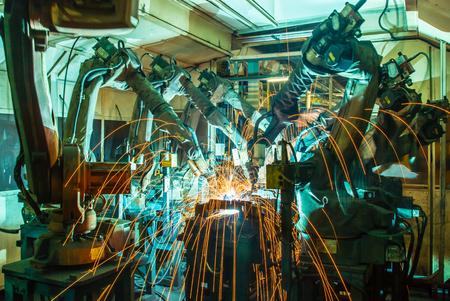 robot: Spawanie części samochodowych ruch robota przemysłowego w fabryce Zdjęcie Seryjne