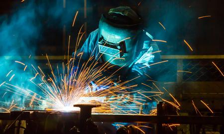 produktion: Schweißer Industrieautomobilteil in der Fabrik