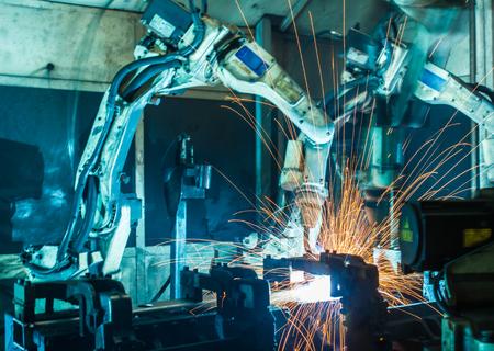 asamblea: Soldadura movimiento robots en una fábrica de coches