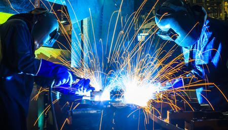 soldadura: Soldador industrial parte de la automoción en la fábrica