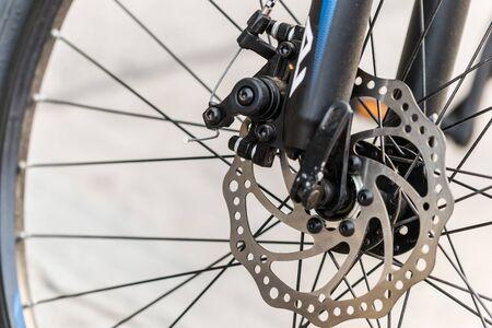 Disco del freno di una ruota di bicicletta anteriore. foto ravvicinata