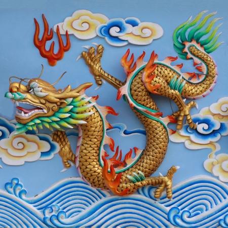 muralla china: coloridos drag�n chino en la pared del templo, Tailandia