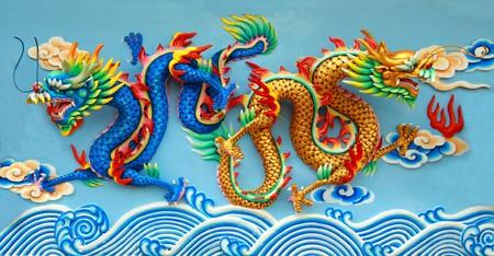 muralla china: Estatua de azul y oro drag�n chino en la pared del templo chino en Tailandia.