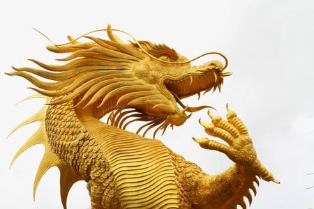 dragones: Estatua de Drag�n dorado en el templo chino en la provincia de Chon Buri, Tailandia.