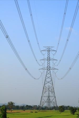 Líneas de alta tensión eléctrica con cielo despejado