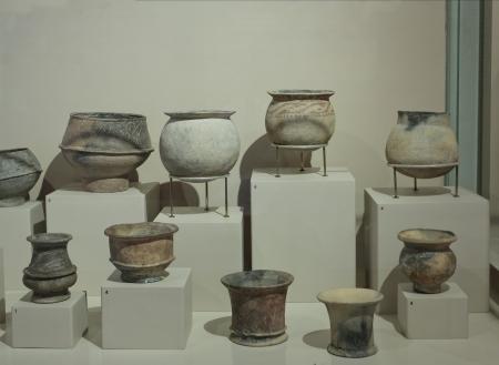 ollas de barro: Antiguos potes de arcilla de Asia en un museo de Ban Chiang, Tailandia