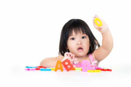 アジアの女の子は ABC グッズで遊んでください。