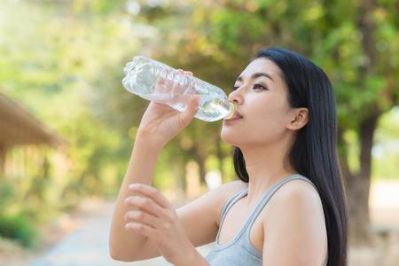 gimnasio mujeres: Mujer de agua potable de la botella