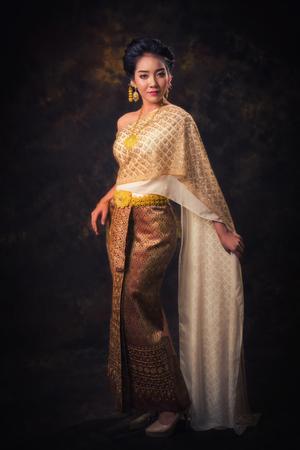Aziatische vrouw in traditie jurk