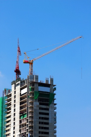 baffle: Building of a skyscraper with two tower cranes