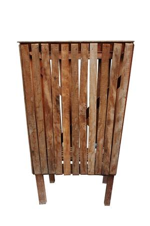 recolector de basura: bin madera en blanco. Cubo de basura