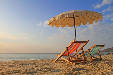 strandstoel: Strand stoelen met paraplu op de ochtend, Samed eiland, thailand