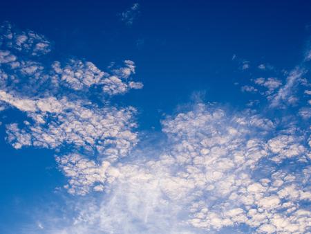 하늘을 가로 지르는 하얀 물결 모양의 회색 구름