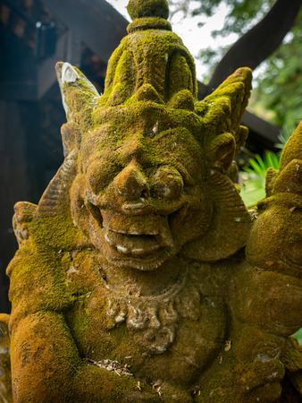Moss Coverd The Angel Giant Statue Holding a Blackjack in The Garden Imagens