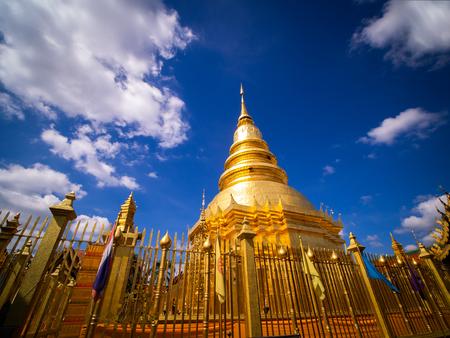 The Golden Pagoda near The Church at Wat Chai Lamphun Thailand Banque d'images - 128354544