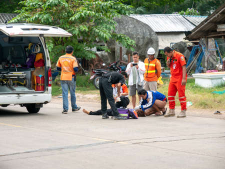 11 Nov'20 Surin Province Thailand : The Young Woman was in an Accident Lying on The Street and The Rescue Teams Saving Lives Foto de archivo