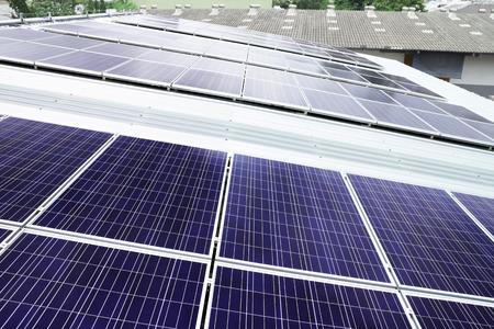 창고 지붕에 옥상 태양 전지 패널 스톡 콘텐츠