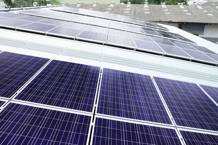 paneles solares: Los paneles solares en la azotea del techo del almac�n