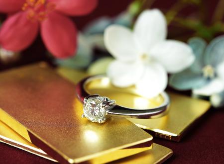 골드 바 꽃 배경에 다이아몬드 반지 스톡 콘텐츠 - 71437821