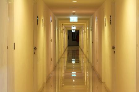 깨끗한 광택 아파트 복도