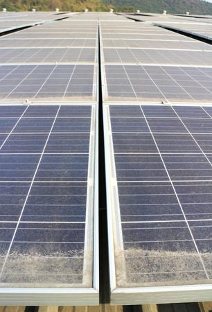더러운 먼지 투성이 태양 광 패널