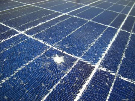 떨어지는 탄환으로 부서지는 태양 전지 패널