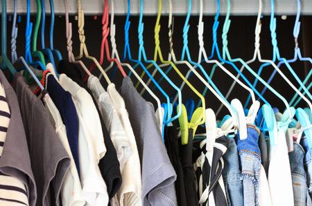 옷장에 매달려있는 옷