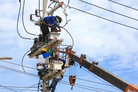 전기 기둥에서 일하는 기술자