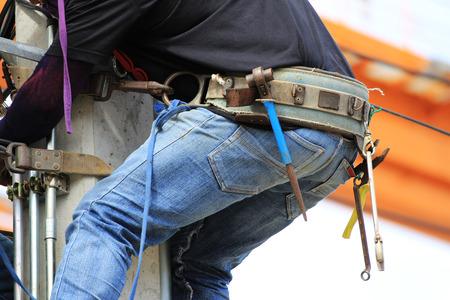 콘크리트 극에 등반하는 전기 기사 착용 공구 벨트
