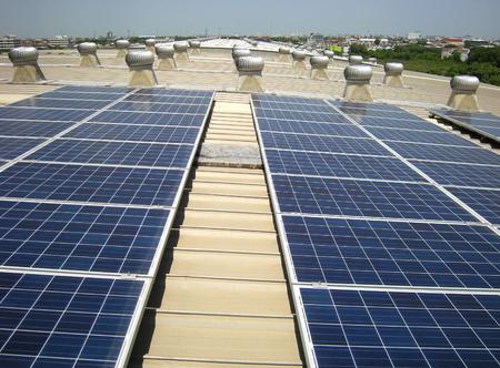 태양 PV 옥상 지붕 환기 팬 배경 스톡 콘텐츠