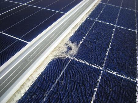 프레임 근처에 떨어지는 탄환으로 파손 된 태양 전지판