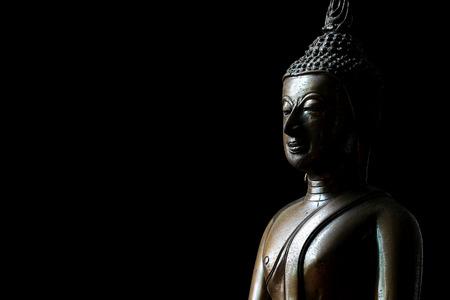 텍스트에 대 한 공간을 가진 검은 배경에 부처님 동상