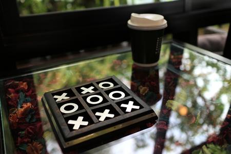 커피 숍 테이블에 OX 게임