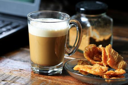 태국 전통 디저트와 함께 제공되는 카푸치노 커피