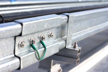 두 개의 케이블 사다리 사이의 접지 본딩 케이블 스톡 콘텐츠