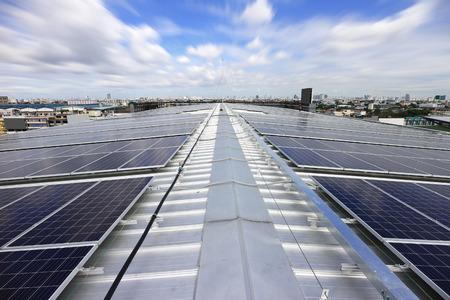 Sistema solare fotovoltaico solare con nuvole in movimento Archivio Fotografico - 84701430