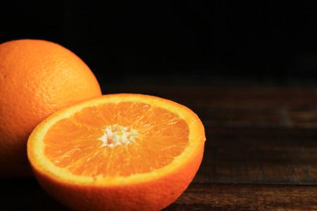 텍스트에 대 한 공간을 가진 나무 테이블에 오렌지 과일 스톡 콘텐츠