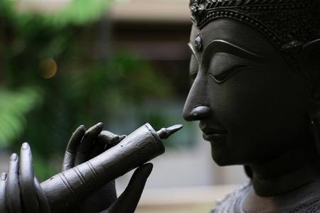 태국어 유명한 문학에서 문자의 동상 날 려 플 룻 그의 기호를 닫습니다.