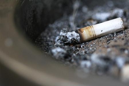 재떨이에 담배 스텁을 닫습니다. 흡연 자 추상을 닫습니다. 스톡 콘텐츠