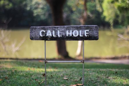 Golf Par3 Hole에서 콜 홀 사인 스톡 콘텐츠